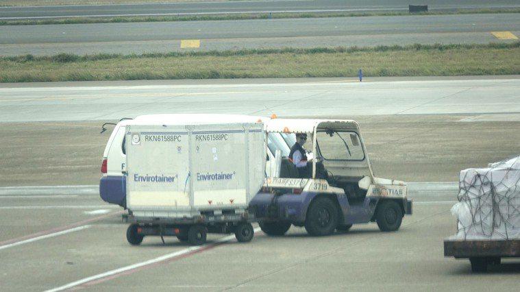 我國首批20萬劑牛津(AZ)疫苗,上午10時25分搭乘韓國航空KE-691班機運...