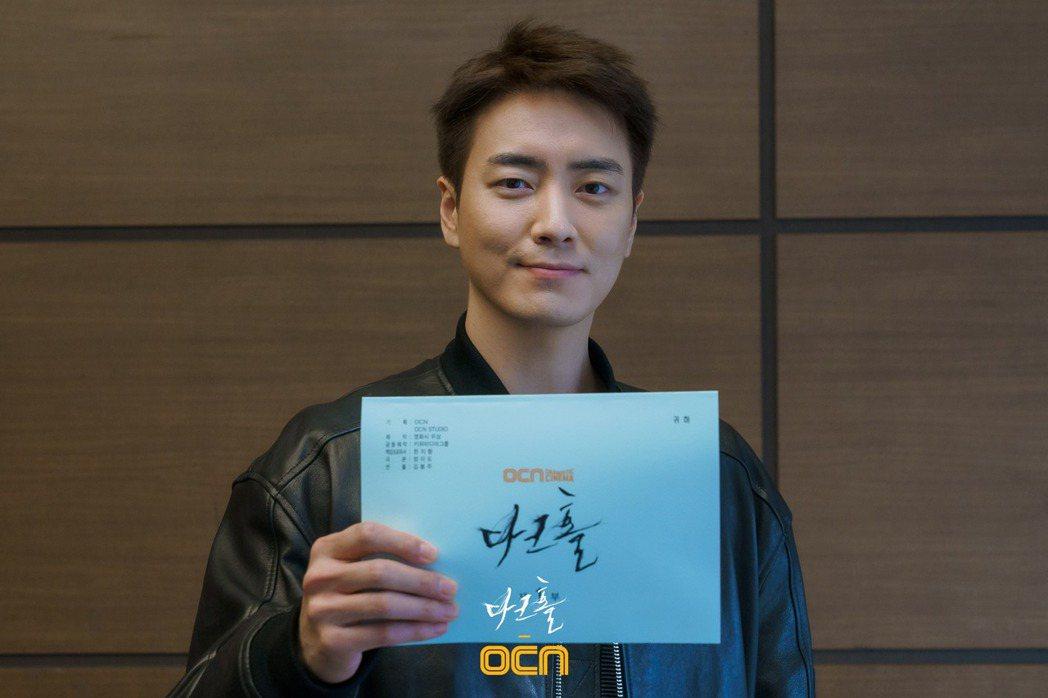 李浚赫主演的《黑洞》發布了劇本閱讀會宣傳照。 圖/摘自OCN Facebook