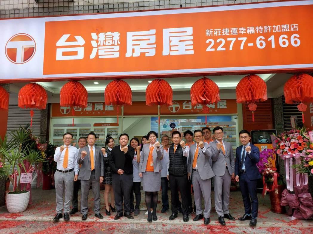 台灣房屋新莊捷運幸福店店東邱威樺(左三)從基層白手起家,重視員工教育和團隊精神。...