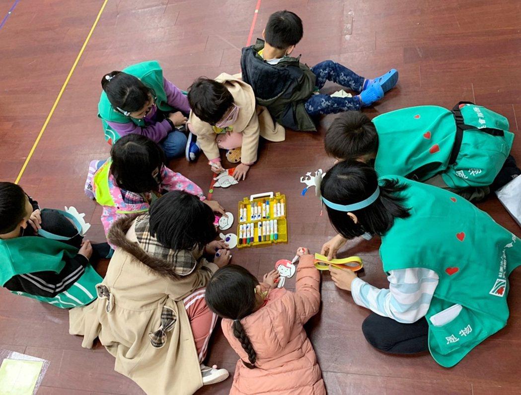 「恩物社會服務推廣協會」引導孩子從服務人群的過程中,訓練口條及膽量,懂得與人合作...