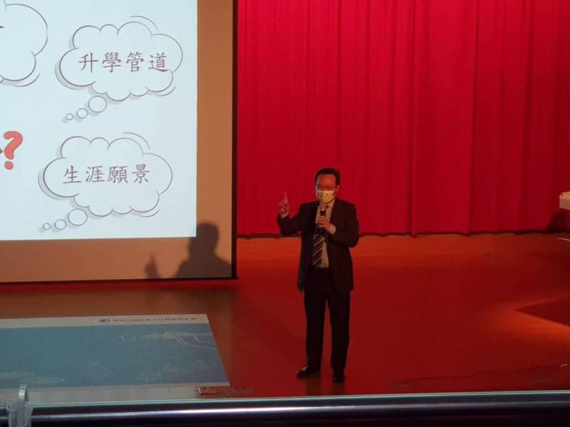 高球協會理事長王政松,在「高球座談會」與台北市各級校長、老師進行交流。 記者王樹衡/攝影