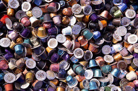 Nespresso將回收的大量膠囊,先以高溫熔化為鋁錠,鋁錠冷卻成型後便可回收再...