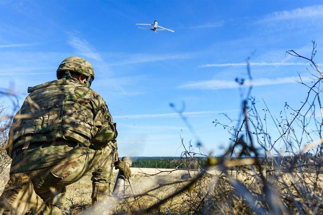 新型的繞行式械彈系統發射飛彈的步驟是「發射飛彈、搜索戰場、鎖定目標,完成攻擊」。圖為Switchblade 300。 圖/取自AeroVironment