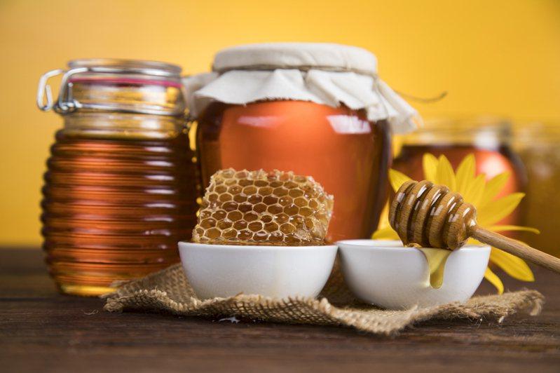 網友發現買回家的蜂蜜放了幾個月後竟「整罐凝固」,便發文詢問解決方法。示意圖/Ingimage