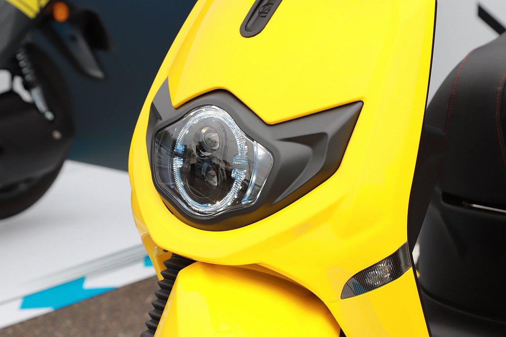 台鈴eReady Run採用侵略型LED雙魚眼前大燈做為銳利眼神,搭配前飾板俐落...