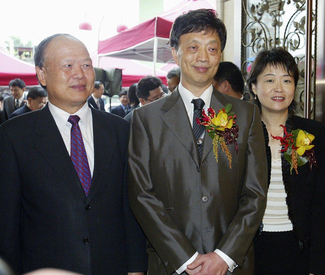 美麗信董事長黃春福(中)與美麗信總經理朱榮佩共同合影。記者高智洋/攝影