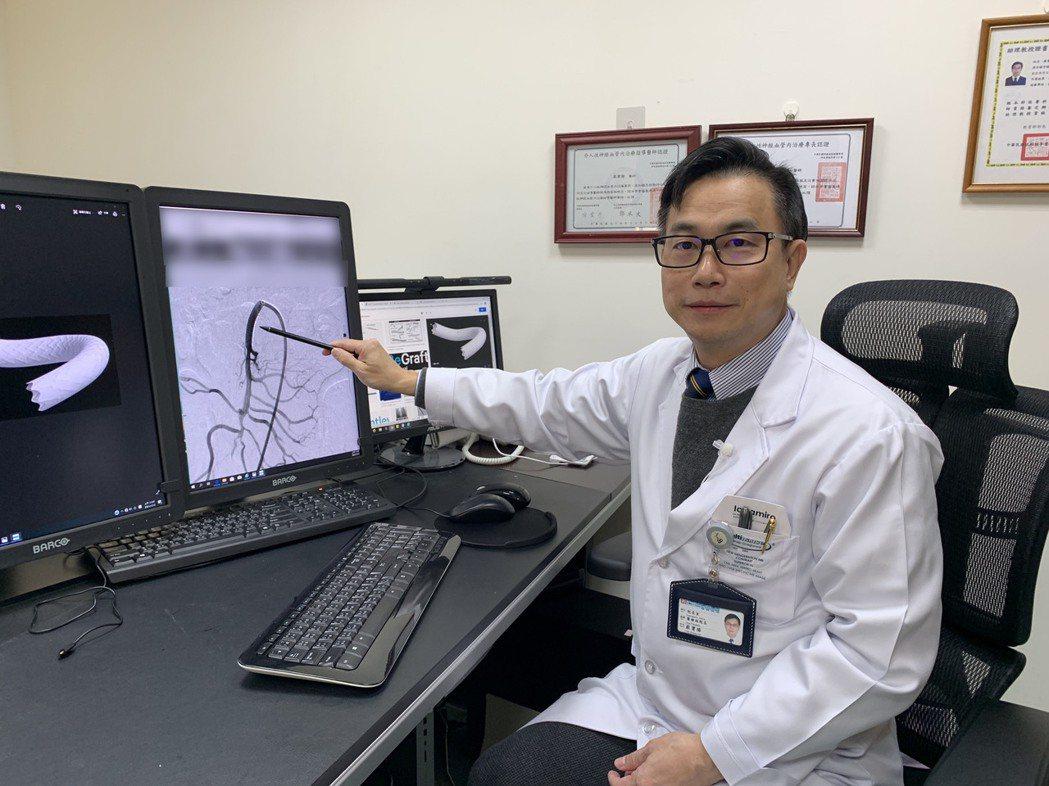 光田綜合醫院副院長嚴寶勝為患者進行「新型覆膜支架」重建血管手術。 光田醫院/提供...