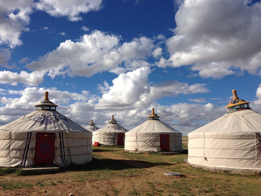 大草原下除了蒙古包一望無際,空氣沒有雜質,說是人間天堂也不為過。 梅春帆/提供