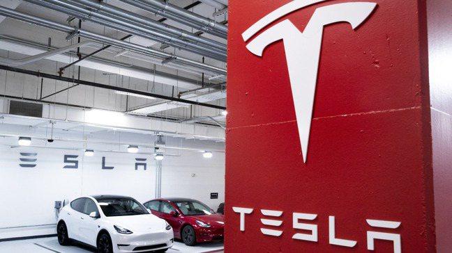 特斯拉(Tesla)是市值1,000億美元以上企業股價表現最佳者,但有一檔股票讓...