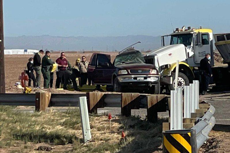 加州帝王郡 (Imperial County)2日晨發生重大車禍,15人死亡,部分人受傷送醫。圖為車禍現場。美聯社