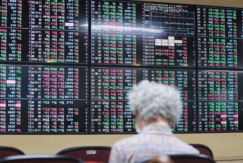 台北股市2日開高走低,收盤跌6.92點,為15946.88點。中央社