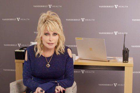 75歲的美國樂壇天后桃莉芭頓(Dolly Parton)今天在鏡頭前注射疫苗,改編一首將近50年前走紅的歌曲「喬琳」,呼籲大眾打疫苗、別當膽小鬼。身為9屆葛萊美獎得主,桃莉芭頓是美國樂壇長青樹,鄉村...
