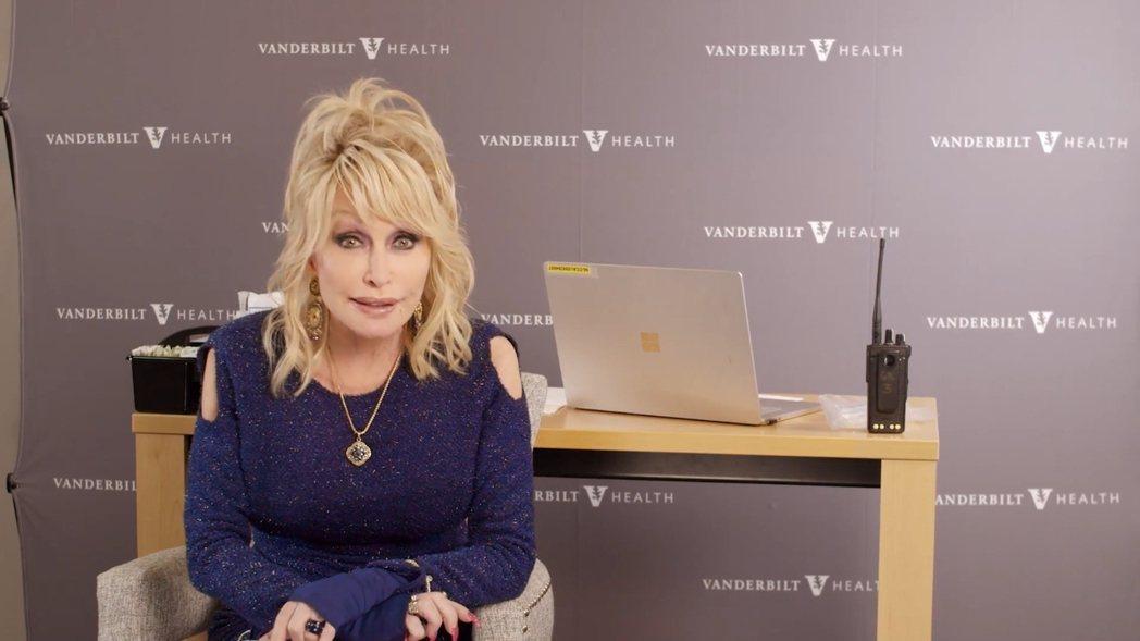 桃莉芭頓呼籲大眾打疫苗、別當膽小鬼。 圖/擷自桃莉芭頓臉書
