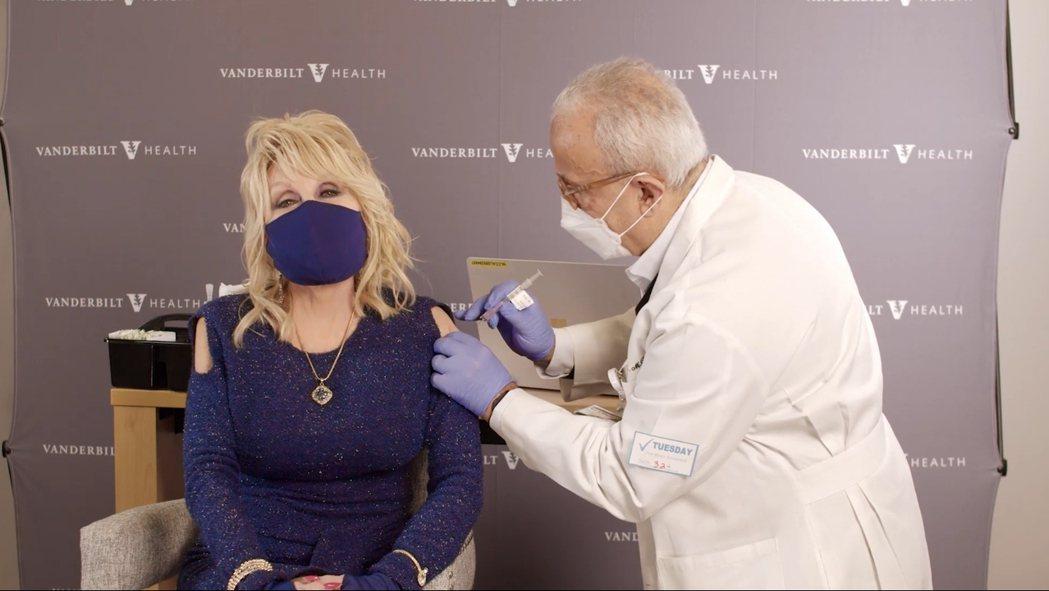 桃莉芭頓公開注射疫苗。 圖/擷自桃莉芭頓臉書