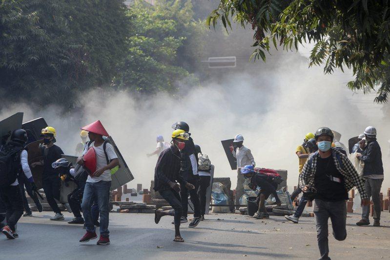緬甸自軍方2月1日發動政變推翻翁山蘇姬領導的民選政府以來,已有至少21人喪命。 美聯社