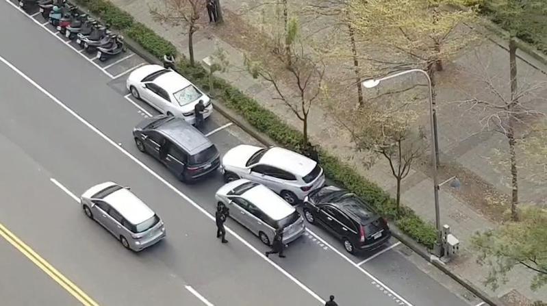 李姓男子涉擄人勒贖案在高雄遇警圍捕。圖/民眾提供
