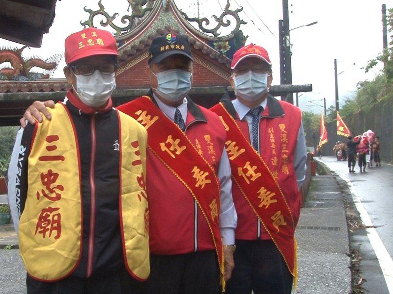 雙溪區三忠廟媽祖遶境活動,要求隊伍及陣頭要量體溫、戴上口罩,為新一年疫情消退祈福。 圖/觀天下有線電視提供