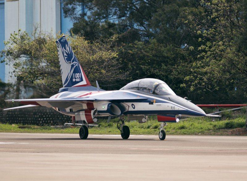 漢翔公司昨天舉行勇鷹新式高教機試飛,宣示自主測試告一段落。若進度順利,今年底可望小批量產兩架交予空軍。記者曾原信/攝影