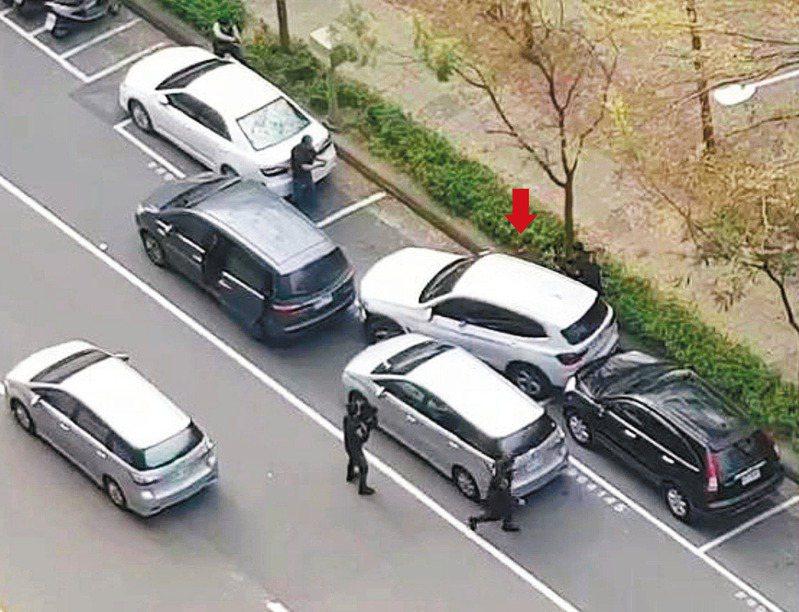 警方昨在高雄圍捕綁架嘉義富商的男子李育儒,用偵防車阻絕李的轎車(箭頭處)遇反抗,連開十九槍將李擊斃。圖/民眾提供