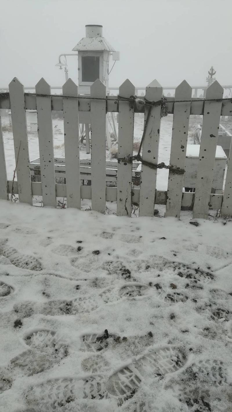 玉山今天上午7時5分下雪,且持續中。圖/氣象局提供