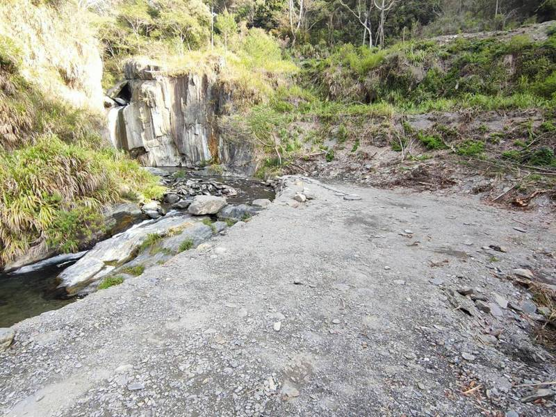 南投縣仁愛鄉夢谷瀑布景致優美,但近期有民眾發現溪床被開挖整平,天然美景不在。圖/讀者提供