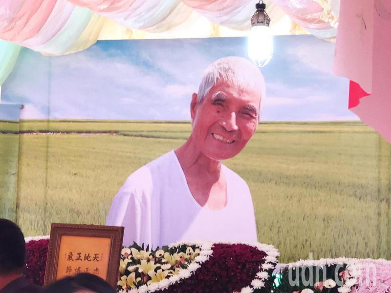 崑濱伯告別式擺設巨幅崑濱伯照片,展現招牌笑容。記者謝進盛/攝影