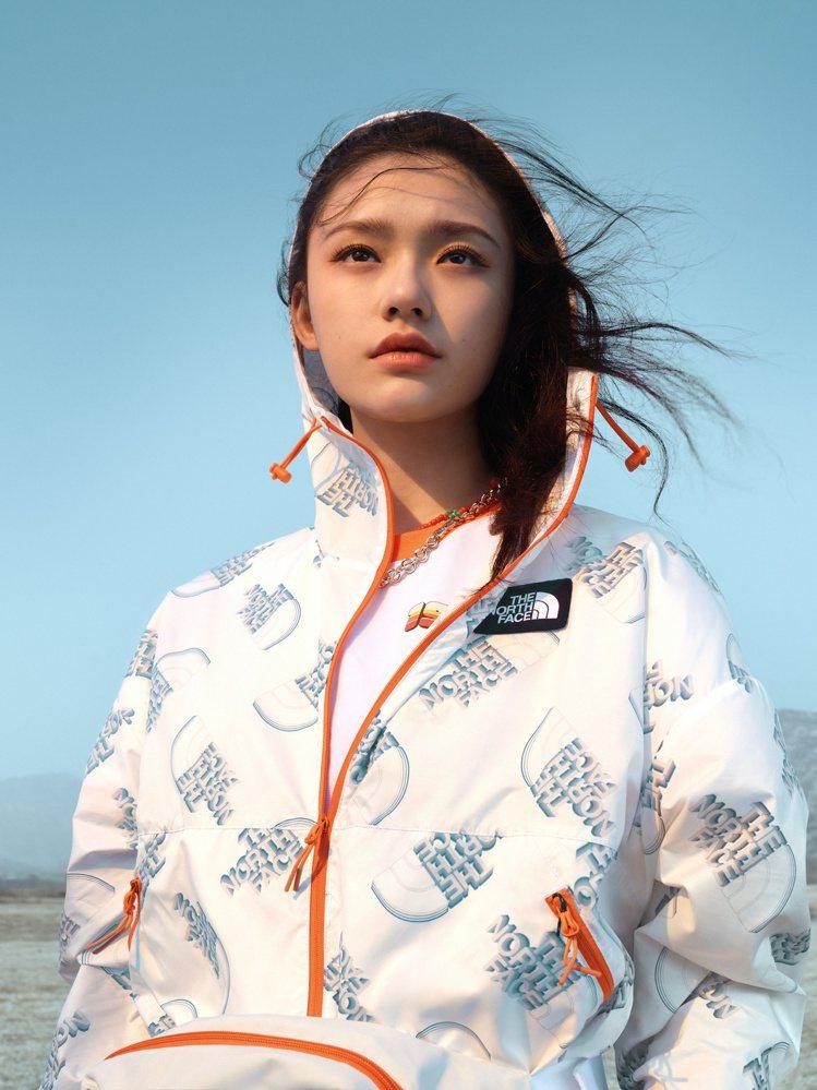 女星林允詮釋The North Face女性專屬春夏系列印花連帽外套4,880元...