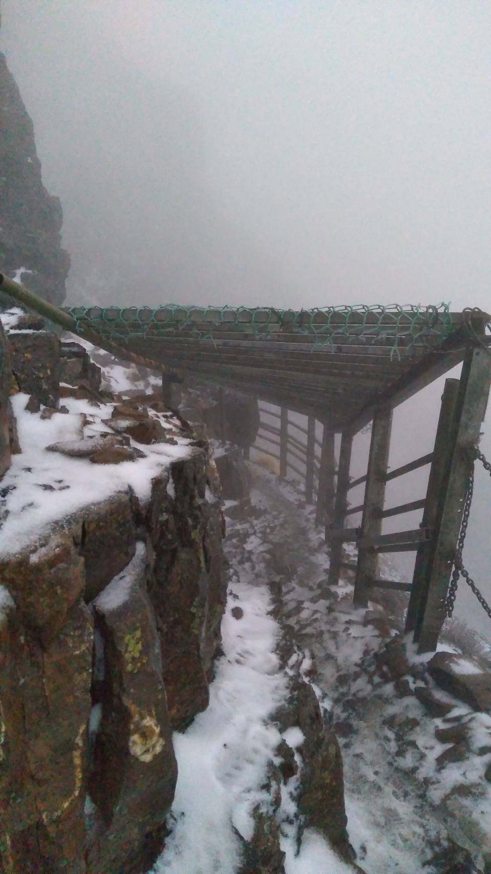 東北季風挾帶水氣南下,玉山登山步道今早開始降雪,北峰氣象站目前積雪3公分。圖/玉...