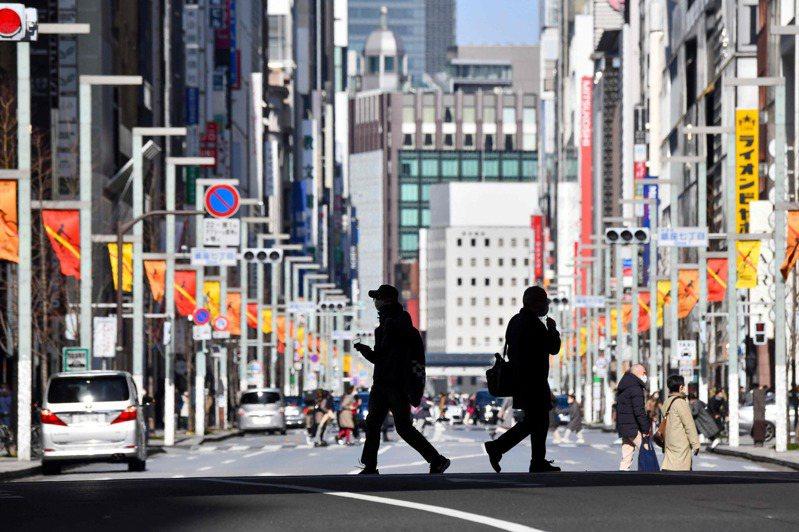 日媒報導,6日是日本政府決定延長首都圈「緊急事態宣言」後的第一個週末,可能因為天氣變暖,市區出現不少人潮,有民眾認為,「大家都變得不再忍耐」,降低對疫情的警戒。法新社