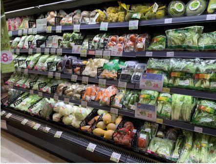 環團認為超市賣場應該裸賣,但農民認為,可以減少包裝,不能不包裝,否則蔬果耗損加大。圖/綠色和平提供