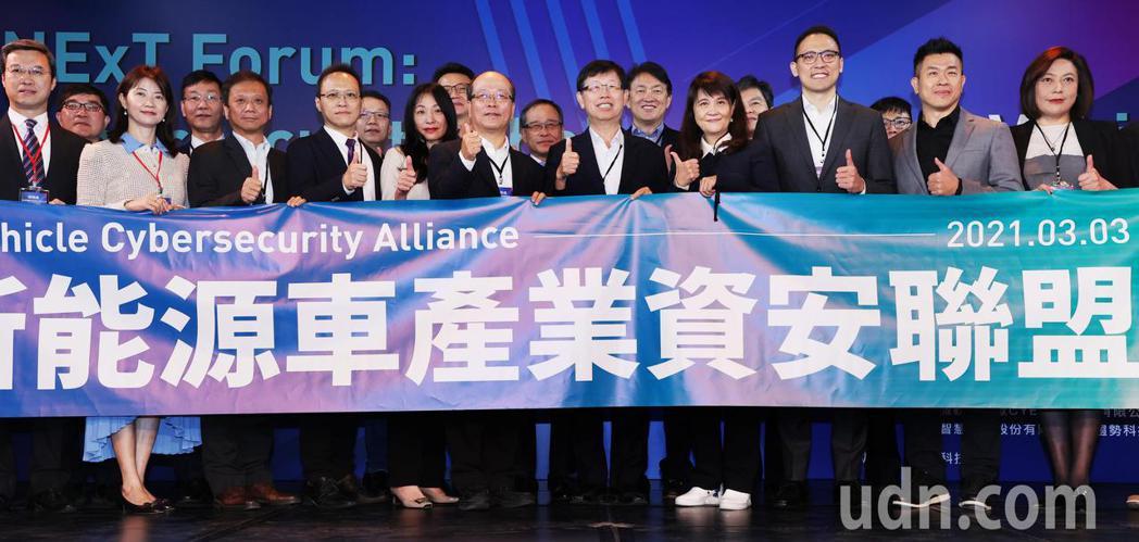 鴻海研究院上午舉辦的資安技術論壇,鴻海研究院院長的劉揚偉(前右五)帶領與會者共同...