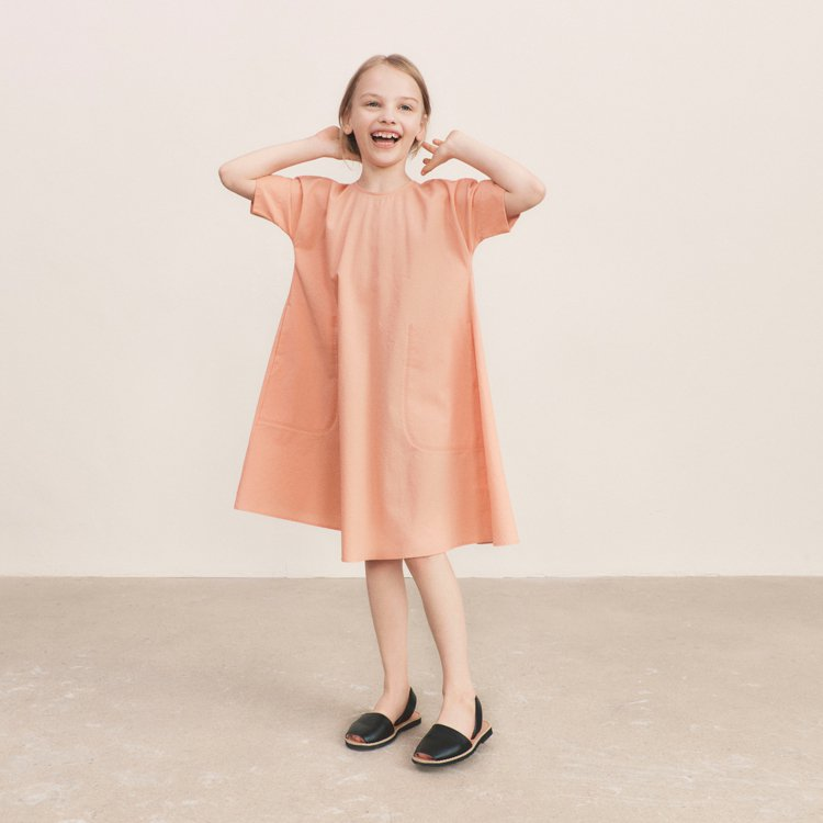 UNIQLO U系列童裝泡泡紗洋裝990元。圖/UNIQLO提供