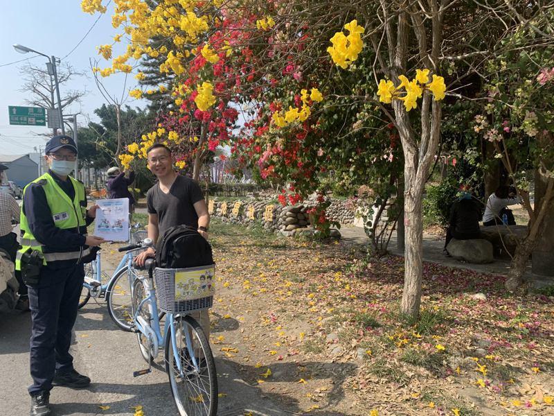 台中市東勢分局石岡分駐所前的黃花風鈴木盛開,警方也把握機會,向民眾進行交通宣導、防詐資訊及各項宣導。圖/東勢分局提供