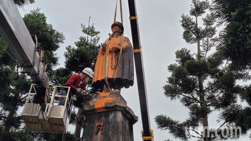 基隆圓環70年蔣介石銅像開拆,為顧全身免斷2截作業中斷。記者游明煌/攝影