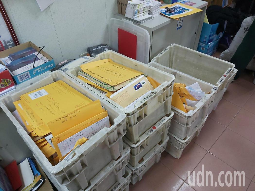 藻礁公投總部今天早上再收到12箱連署書。記者朱冠諭/攝影