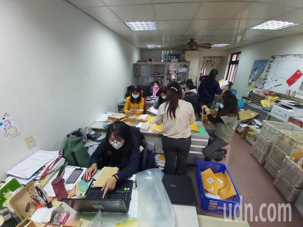 藻礁公投總部今天早上再收到12箱連署書,志工連忙整理。記者朱冠諭/攝影