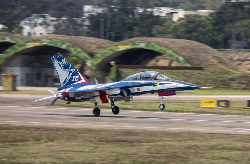 勇鷹原型機降落清泉崗基地。圖/漢翔提供