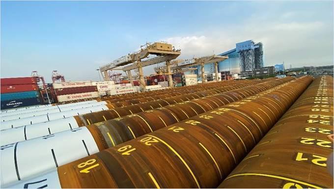彰芳西島風場儲存於高雄港的第一期水下基樁。 圖/CIP提供