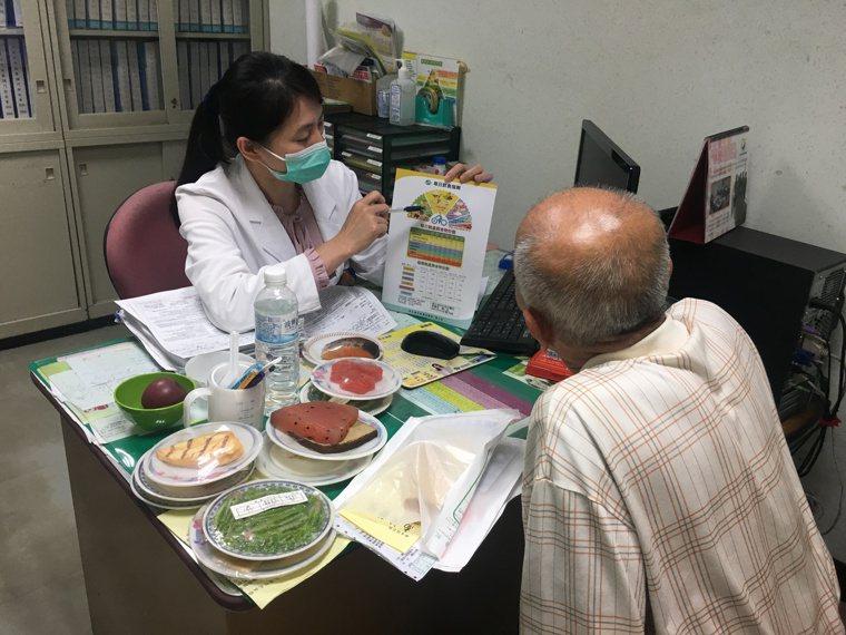 南投醫院營養室主任蔡秀雯提醒民眾營養攝取要均衡,聽信網路偏方反會導致營養失衡。圖...