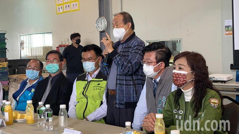 台灣蔬果輸出業同業公會榮譽理事長吳清綠(中)反映鳳梨外銷日本的困境。記者吳淑玲/攝影