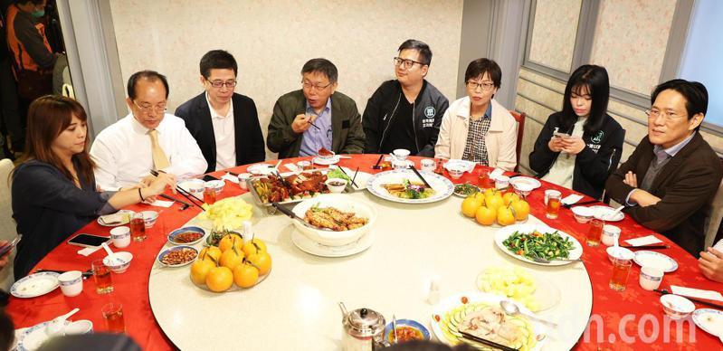 民眾黨主席柯文哲(左四)今天邀請黨籍幹部與立委一起舉辦春酒,同時提出「天然台」論述,區分傳統藍綠的統獨論述。記者潘俊宏/攝影
