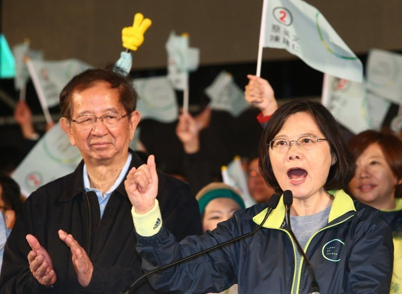 2019年中旬,李遠哲(左)曾透過媒體專訪表示,他曾與蔡英文總統(右)詳談空汙與溫室氣體議題,但得到的回應卻是「那是下一代的事」。圖/聯合報系資料照片