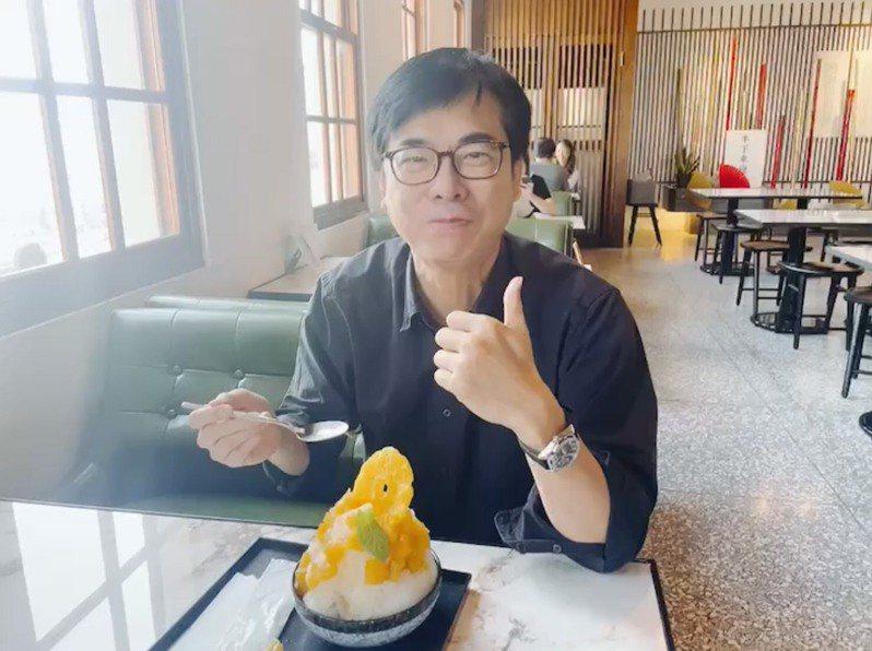 高雄市長陳其邁日前吃鳳梨冰,並推薦高雄多樣鳳梨農產品。圖/高雄市農業局提供