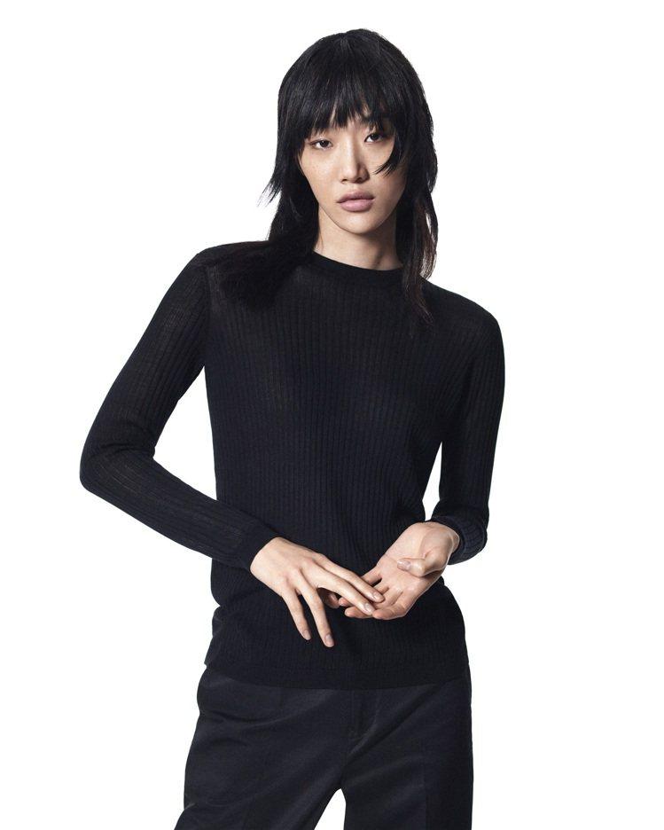 +J透膚長版針織衫1,290元。圖/UNIQLO提供