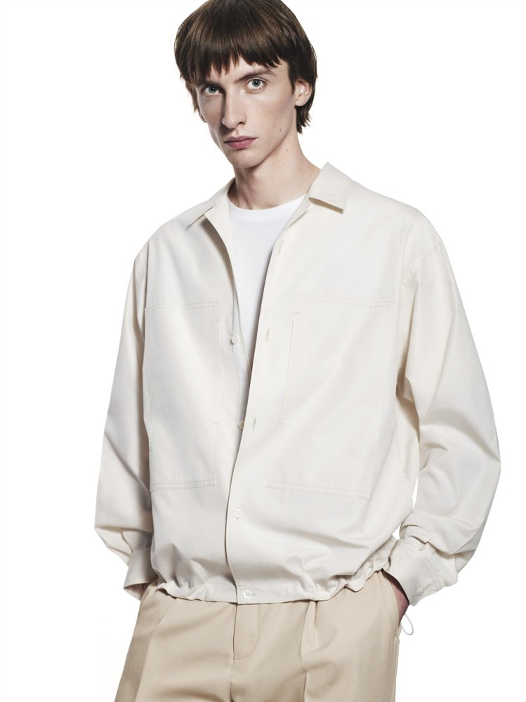 +J SUPIMA COTTON寬版雙口袋襯衫1,990元。圖/UNIQLO提供
