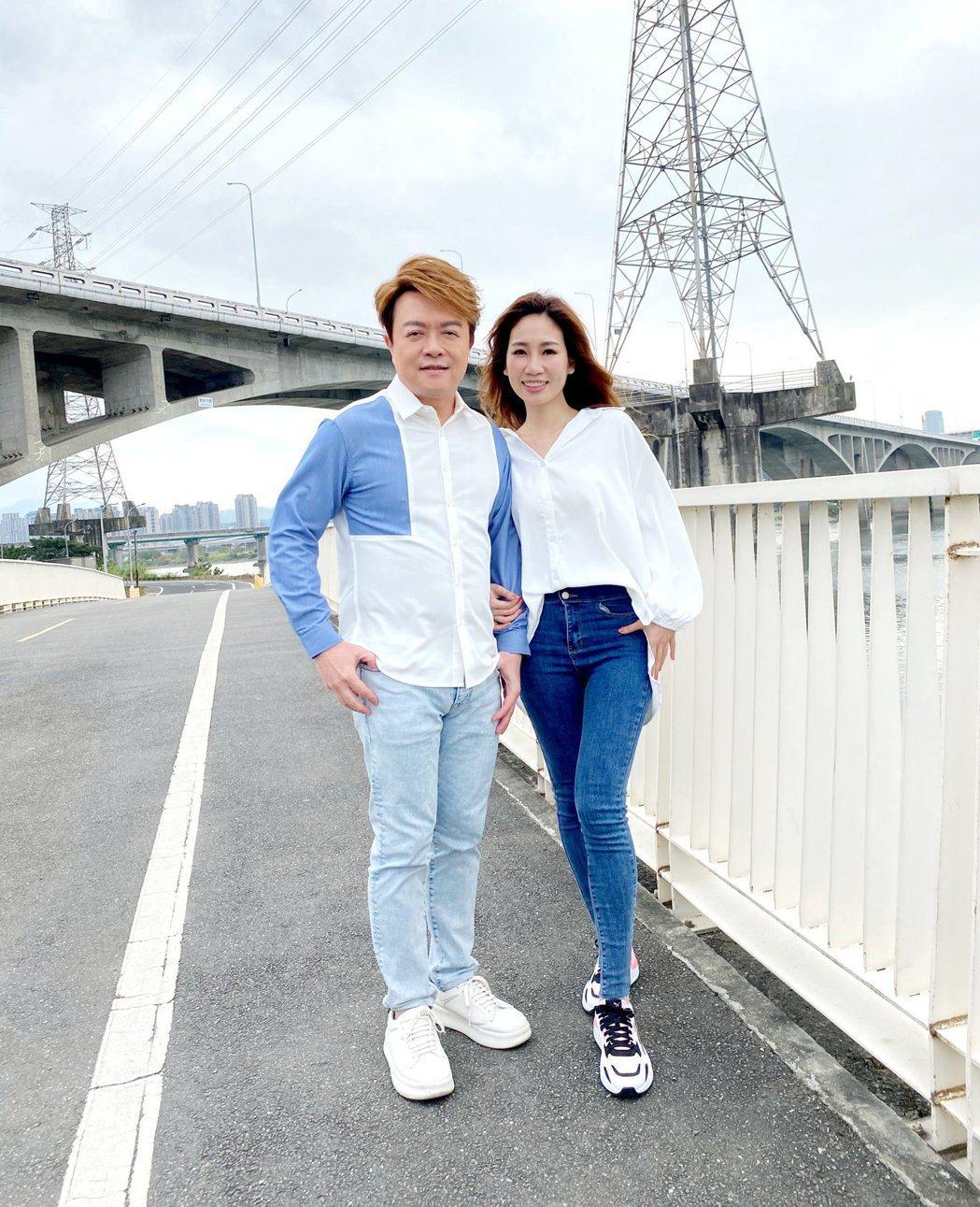 翁立友(左)拍攝MV時不敢和師妹向蕙玲有太多親暱互動。圖/豪記唱片提供