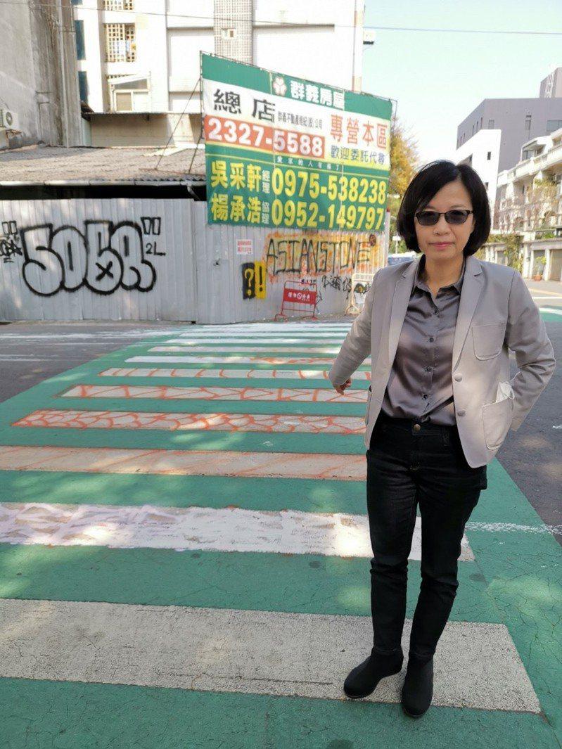 台中市南屯區東興國小旁的綠斑馬線、路邊圍牆遭塗鴉。圖/議員朱暖英提供