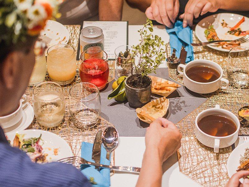 全艙等旅客皆可享用名廚「王群翔」打造的大地餐桌晚宴。圖/業者提供