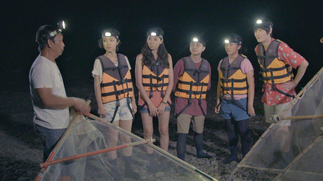 旺福樂團在屏東楓港跟著當地漁人前往出海口,使用三角網捕魚苗。圖/公視提供