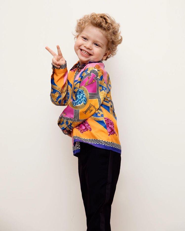 鬼靈精怪的Leo穿上跟爸爸款式一樣的縮小版衣服,和爸爸拍攝了一樣的背影照,但讚數...
